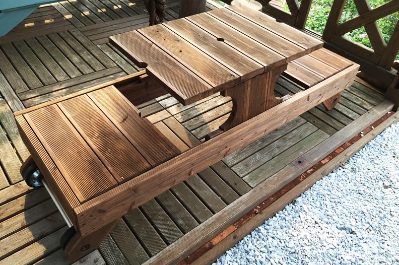 コンパクトなウッドデッキテーブル
